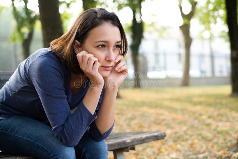 Retrato de la muchacha tiranizada que siente sola y preocupante fotografía de archivo libre de regalías