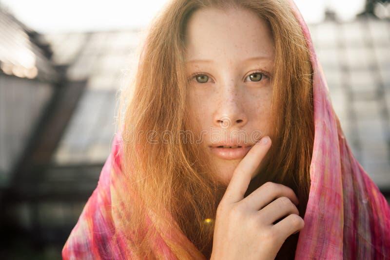 Retrato de la muchacha triste del adolescente con las pecas imagen de archivo