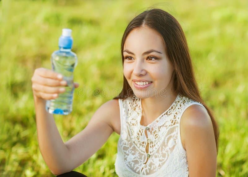 Retrato de la muchacha y del agua hermosas jovenes imagenes de archivo