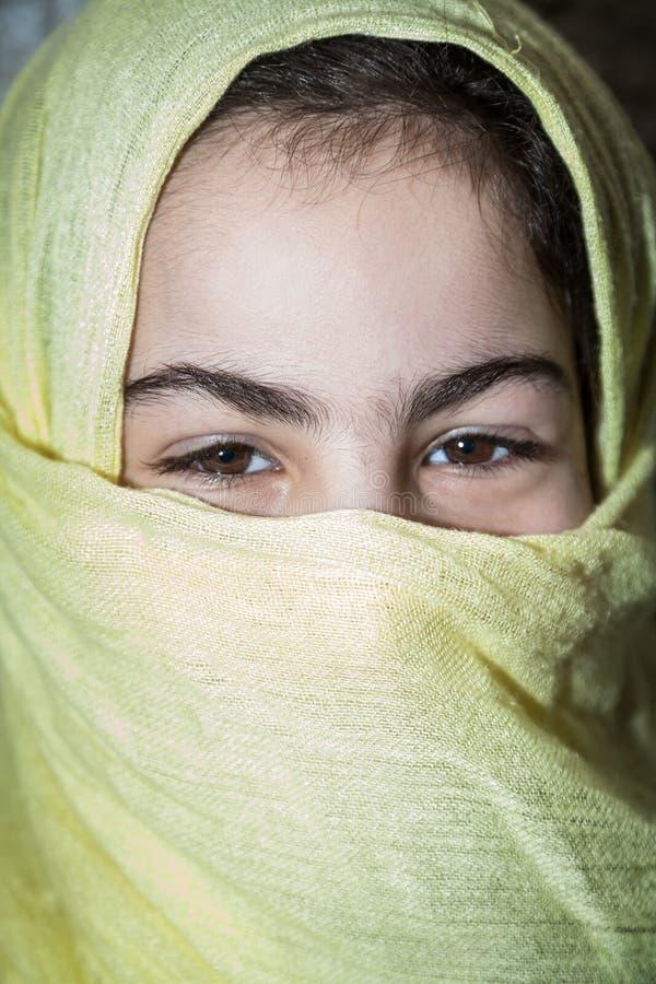 Retrato de la mujer árabe joven con velo fotos de archivo