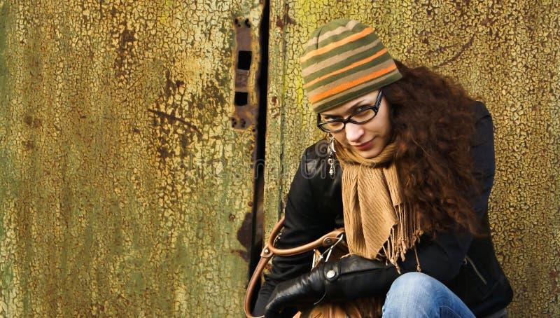 Retrato de la mujer adulta en un casquillo y vidrios imágenes de archivo libres de regalías