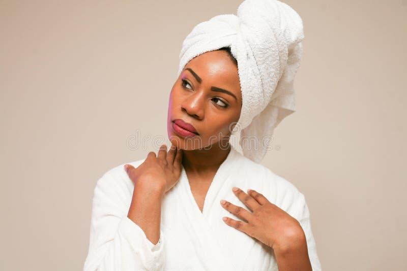 Retrato de la mujer africana hermosa después de bañar imagen de archivo libre de regalías
