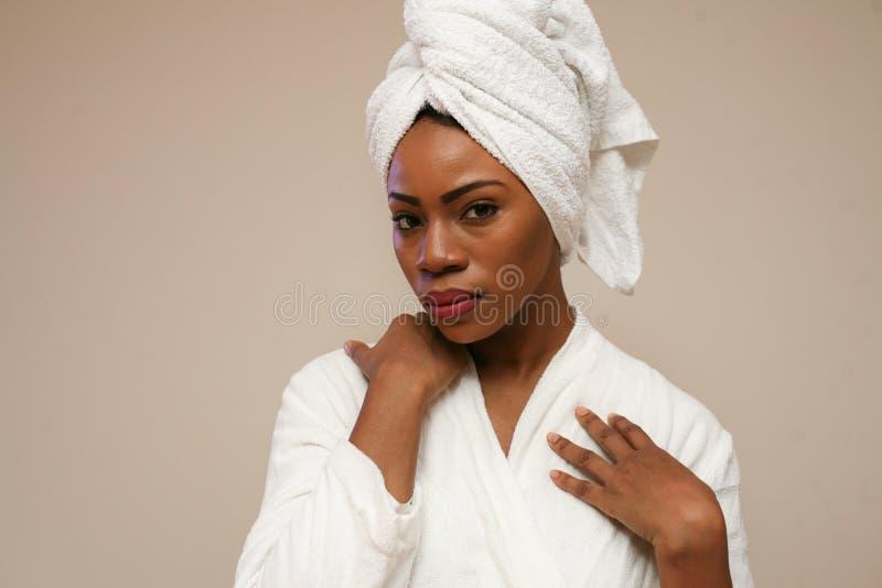 Retrato de la mujer africana hermosa después de bañar foto de archivo
