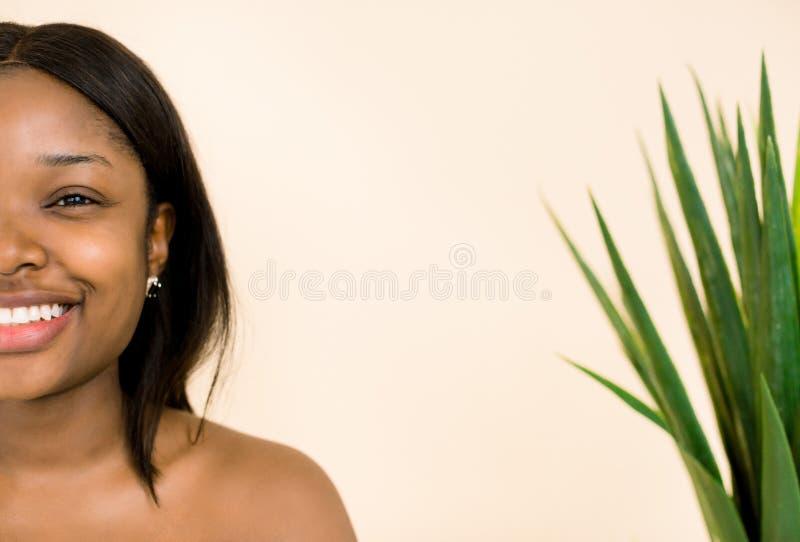 Retrato de la mujer africana joven y linda en el fondo blanco Cara femenina ?tnica africana de la mujer negra de la piel de la be foto de archivo
