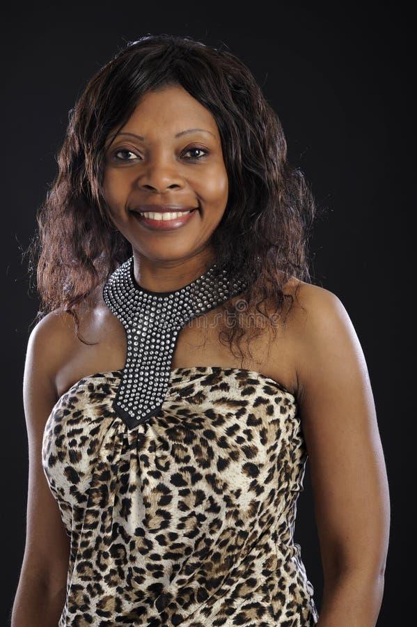 Retrato de la mujer africana sonriente fotos de archivo
