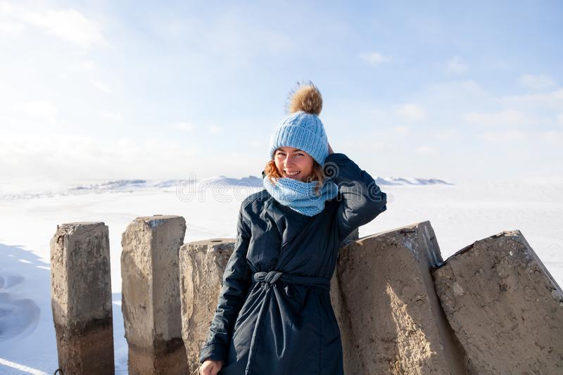Retrato de la mujer alegre en invierno fotos de archivo libres de regalías