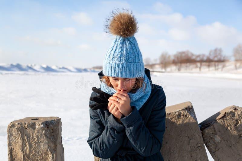 Retrato de la mujer alegre en invierno foto de archivo