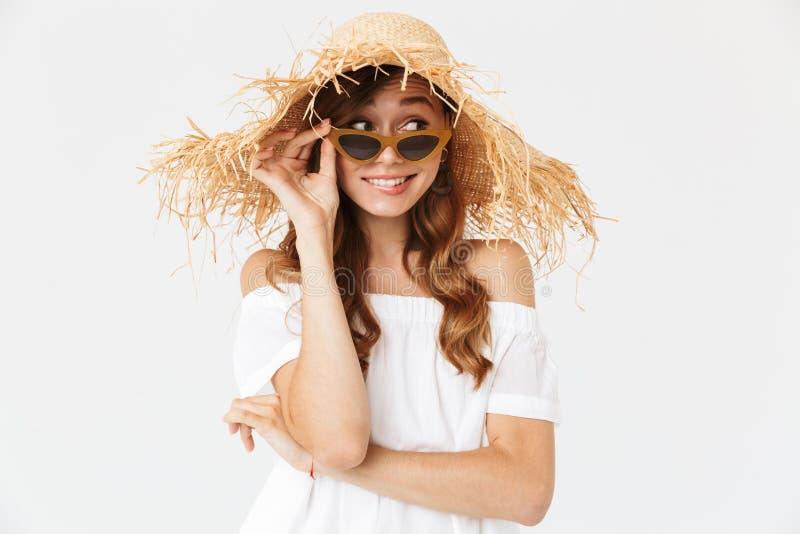 Retrato de la mujer alegre linda 20s que lleva el sombrero de paja y al su grandes fotografía de archivo
