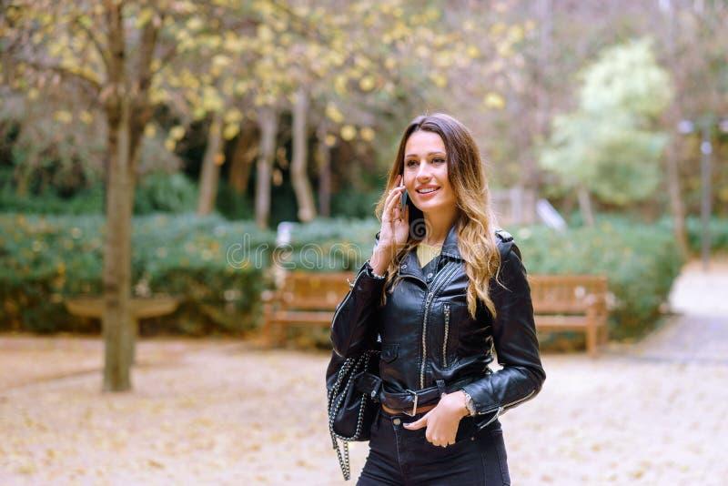 Retrato de la mujer alegre que habla en smartphone fotografía de archivo libre de regalías