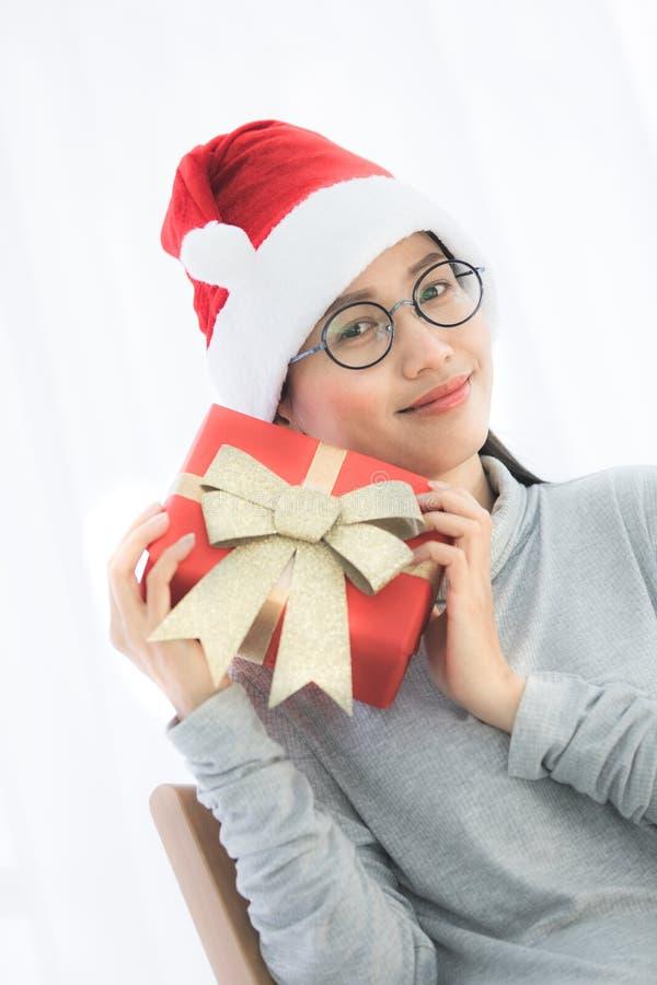 Retrato de la mujer asiática hermosa joven con el regalo de Navidad imagen de archivo libre de regalías