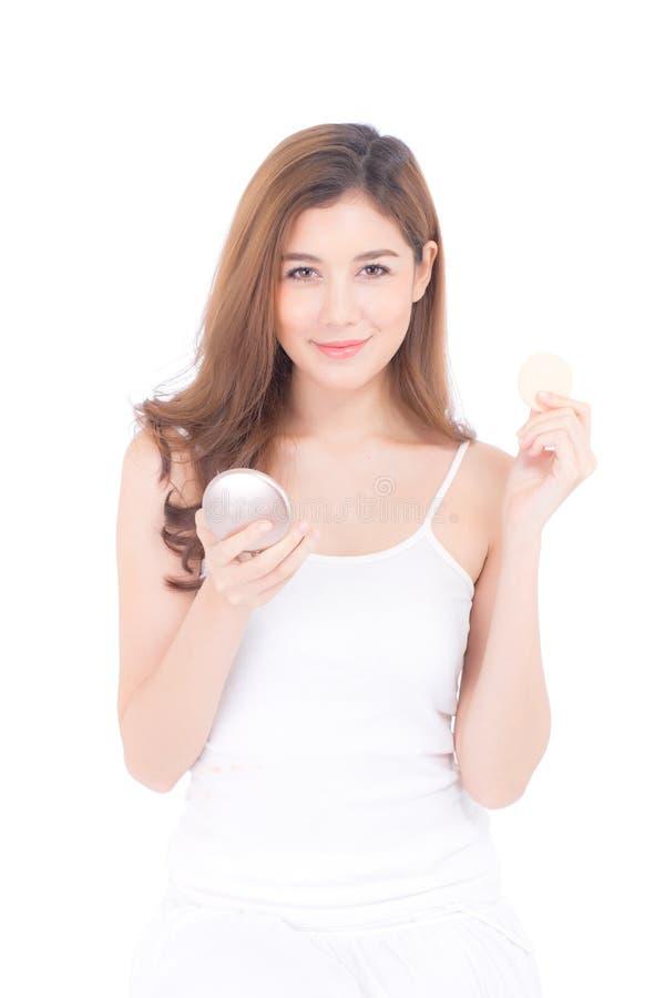 Retrato de la mujer asiática hermosa que aplica el soplo de polvo en el maquillaje de la mejilla del cosmético fotos de archivo
