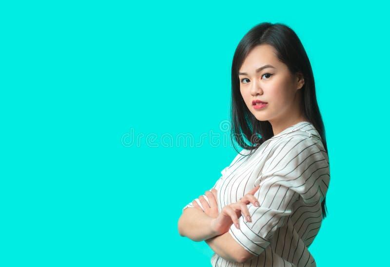 Retrato de la mujer asiática joven aislada sobre fondo azul fotos de archivo