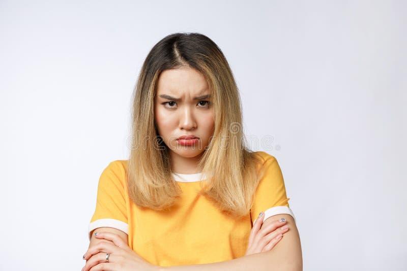Retrato de la mujer asiática loca enojada pensativa gritadora triste Mujer asiática joven del primer aislada en el fondo blanco imagen de archivo