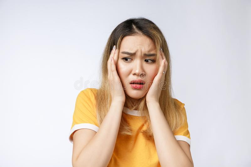 Retrato de la mujer asiática loca enojada pensativa gritadora triste Mujer asiática joven del primer aislada en el fondo blanco fotografía de archivo libre de regalías