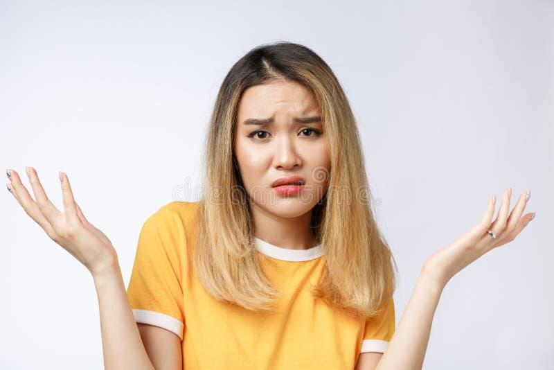 Retrato de la mujer asiática loca enojada pensativa gritadora triste Mujer asiática joven del primer aislada en el fondo blanco imagen de archivo libre de regalías