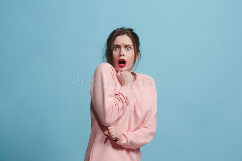 Retrato de la mujer asustada en azul foto de archivo