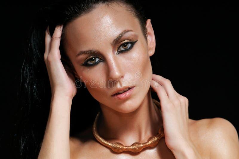 Retrato de la mujer atractiva brillante con el pelo mojado en la parte posterior del negro imágenes de archivo libres de regalías