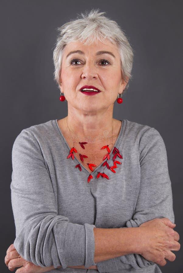 Retrato de la mujer atractiva con el pelo gris fotografía de archivo