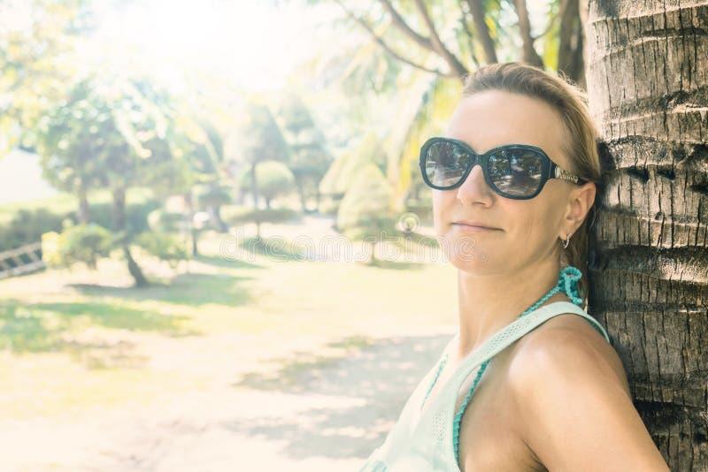Retrato de la mujer atractiva joven imagen de archivo libre de regalías