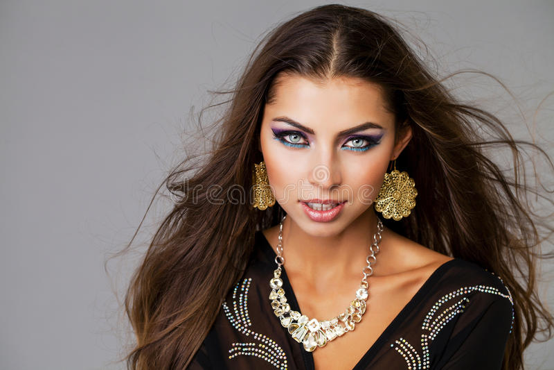Retrato de la mujer atractiva joven en árabe negro de la túnica imagen de archivo