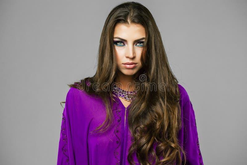 Retrato de la mujer atractiva joven en árabe púrpura de la túnica fotos de archivo