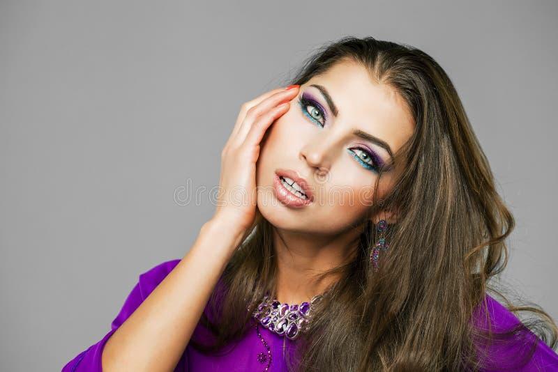 Retrato de la mujer atractiva joven en árabe púrpura de la túnica fotos de archivo libres de regalías