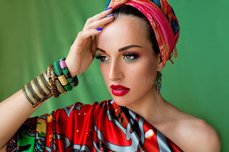 Retrato de la mujer atractiva joven en estilo africano imagen de archivo
