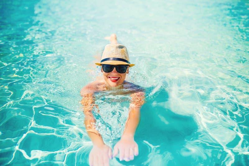 retrato de la mujer atractiva que toma el sol y que sonríe en la cámara Día de fiesta de la playa del verano, detalles de la pisc fotos de archivo