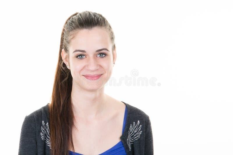 Retrato de la mujer de la belleza del goce alegre hermoso de la muchacha adolescente con el pelo marrón largo foto de archivo