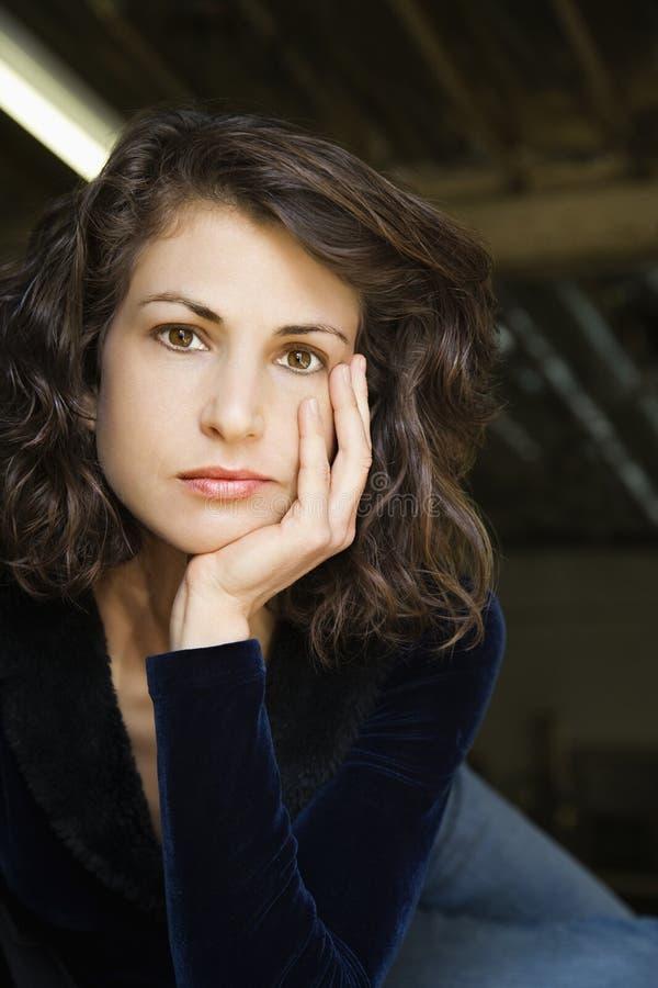 Retrato de la mujer bonita. foto de archivo