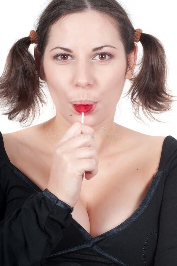 Retrato de la mujer bonita en caramelo negro de la consumición imágenes de archivo libres de regalías