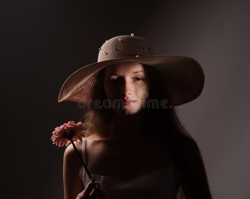 retrato de la mujer bonita en sombrero rosado fotografía de archivo