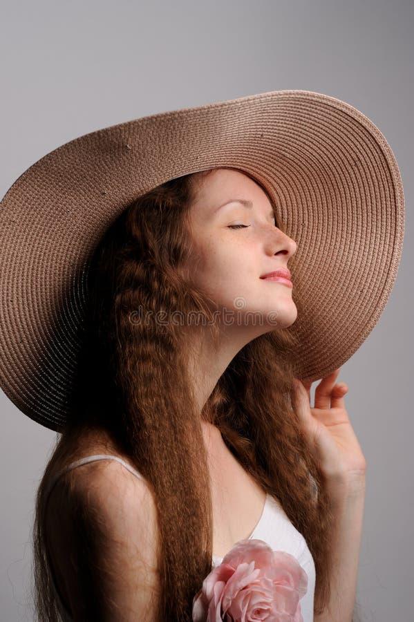 retrato de la mujer bonita en sombrero rosado fotos de archivo libres de regalías
