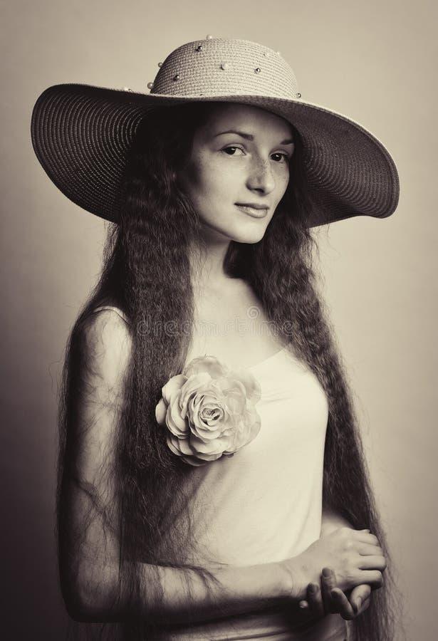 retrato de la mujer bonita en sombrero rosado fotografía de archivo libre de regalías