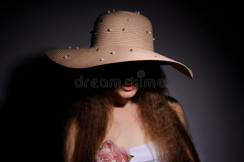 retrato de la mujer bonita en sombrero rosado foto de archivo libre de regalías