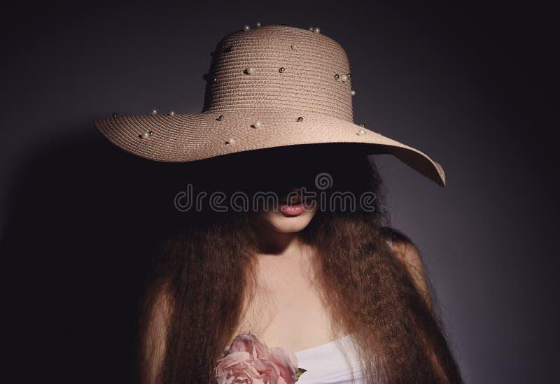 retrato de la mujer bonita en sombrero rosado imagen de archivo