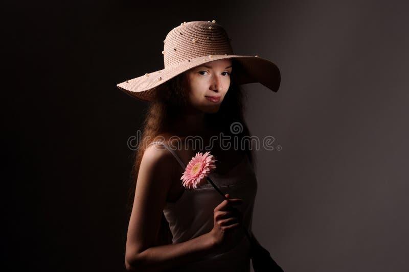 retrato de la mujer bonita en sombrero rosado imágenes de archivo libres de regalías