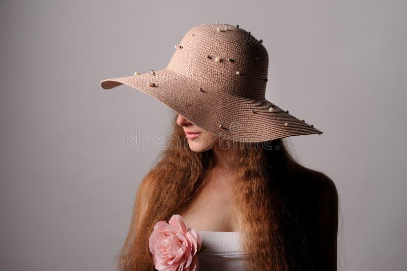 retrato de la mujer bonita en sombrero rosado fotos de archivo