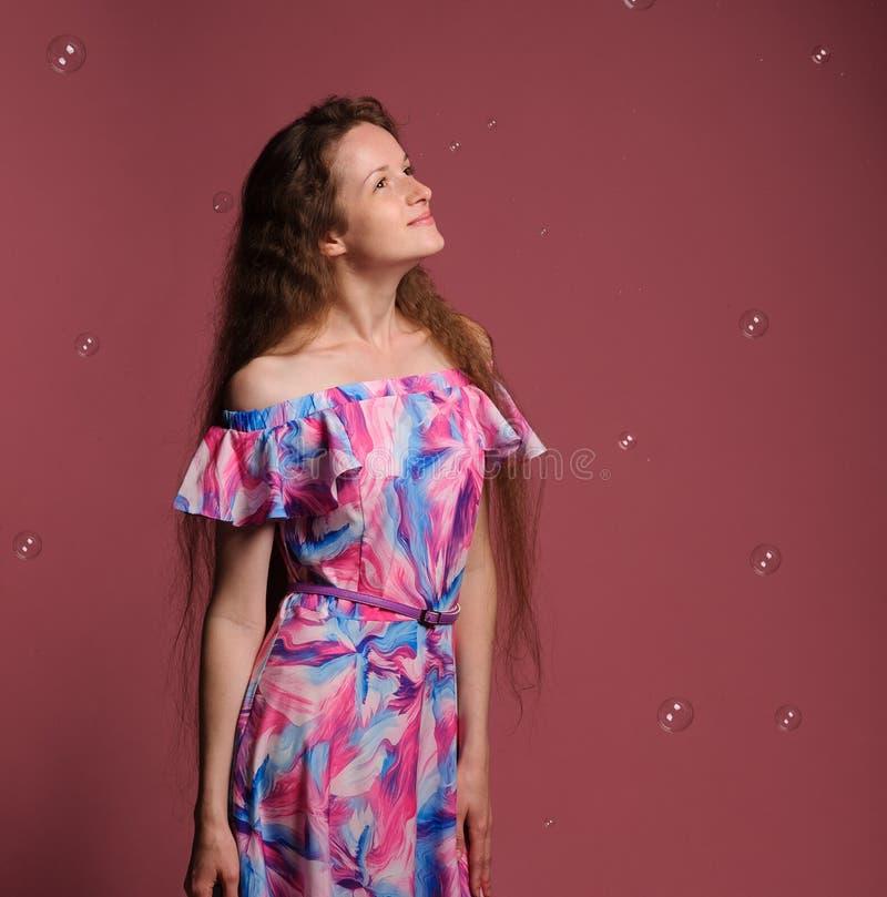 retrato de la mujer bonita en vestido rosado imágenes de archivo libres de regalías