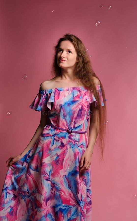retrato de la mujer bonita en vestido rosado foto de archivo libre de regalías