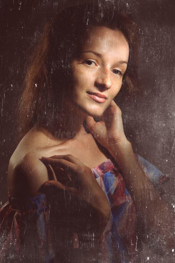 retrato de la mujer bonita en vestido rosado fotos de archivo libres de regalías