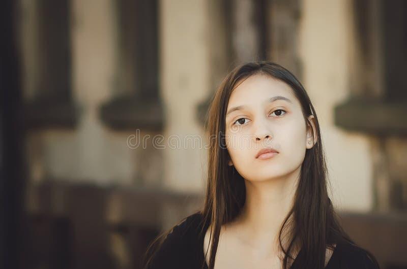 Retrato de la mujer bonita hermosa joven con el pelo largo que presenta en ciudad fotos de archivo