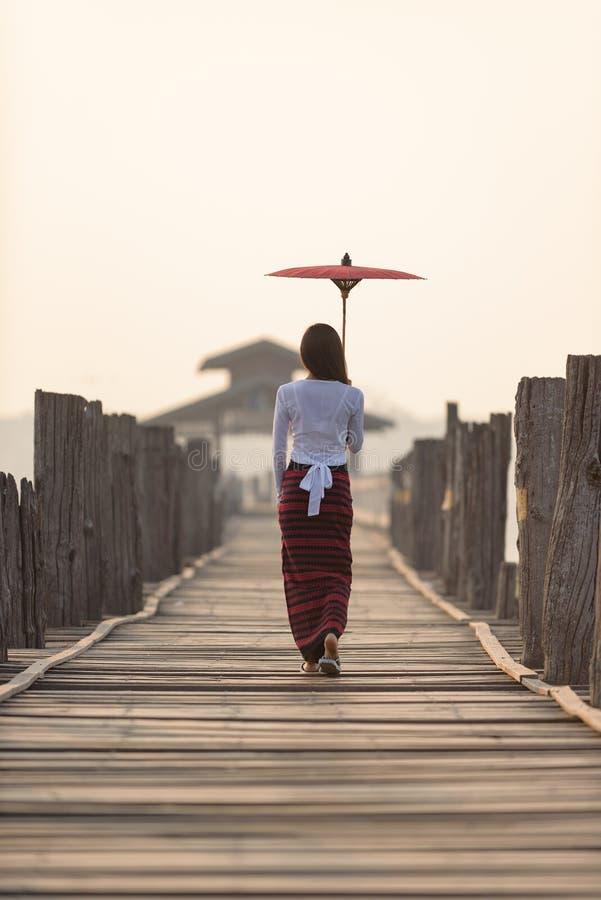 Retrato de la mujer burmese joven hermosa sonriente fotografía de archivo libre de regalías