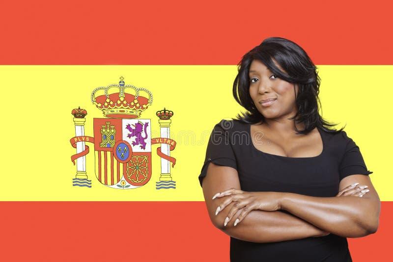 Retrato de la mujer casual de la raza mixta contra bandera española imagen de archivo libre de regalías