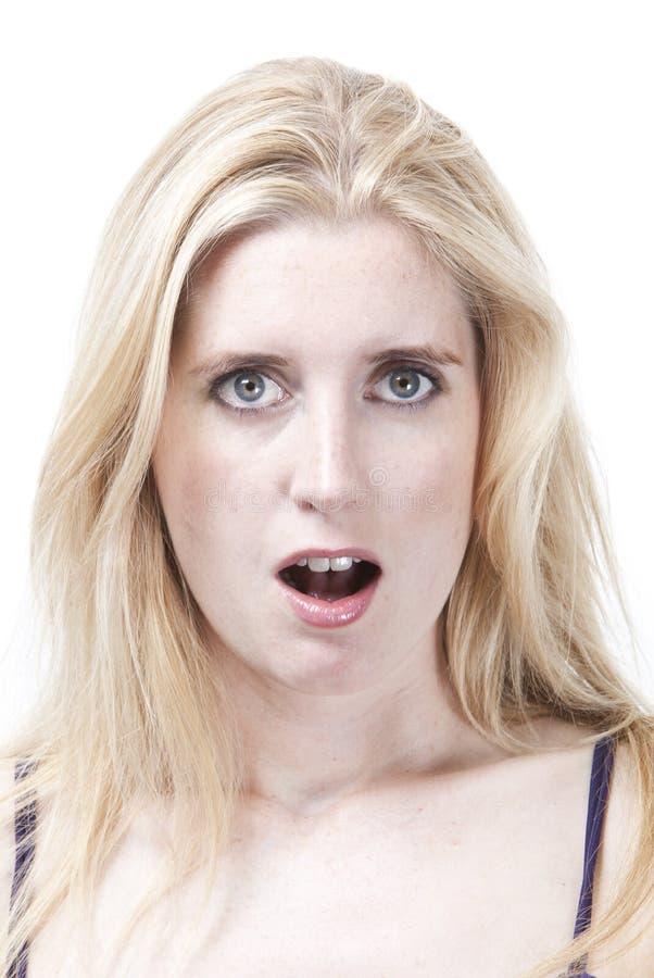 Retrato de la mujer caucásica joven sorprendida contra el fondo blanco imágenes de archivo libres de regalías
