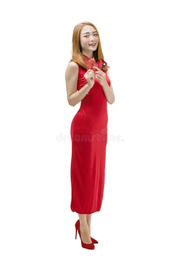 Retrato de la mujer china con el vestido del cheongsam que lleva a cabo el envel rojo foto de archivo