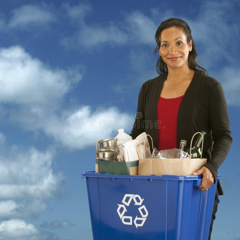 Retrato de la mujer con el compartimiento de reciclaje imagen de archivo