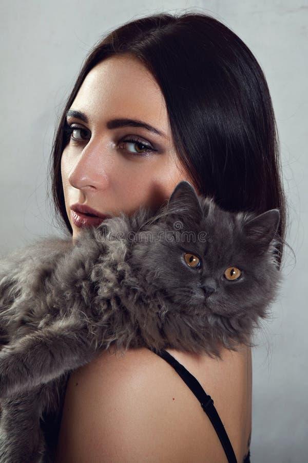 Retrato de la mujer con el gato persa imagen de archivo libre de regalías