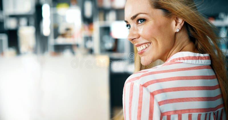 Retrato de la mujer con el pelo y el blonde perfectos del maquillaje imagen de archivo