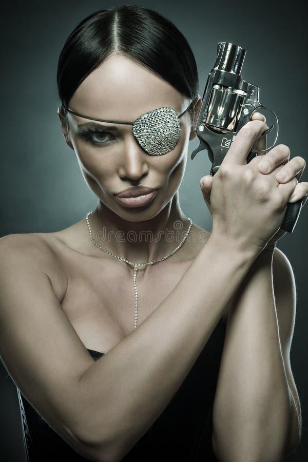 retrato de la mujer con el revólver imagen de archivo